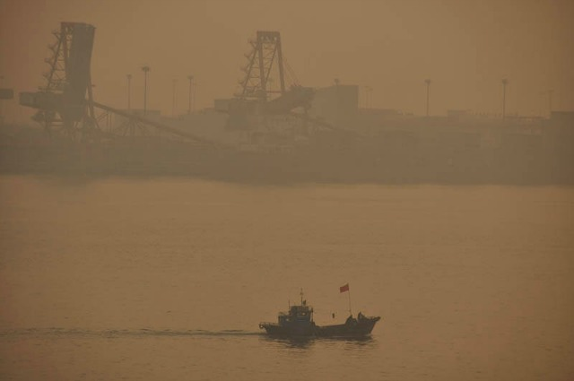 A smoggy day in Tianjin, China. (Photo: Rich Luhr/flickr/cc.)