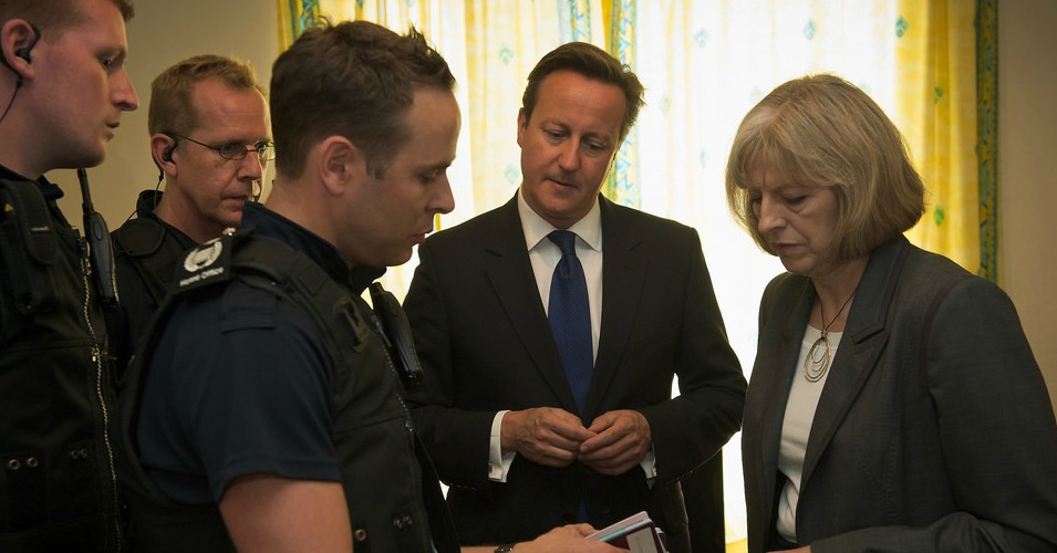 David Cameron and Theresa May visit a property following an immigration operation in 2014. (Photo: Number 10/flickr/cc)