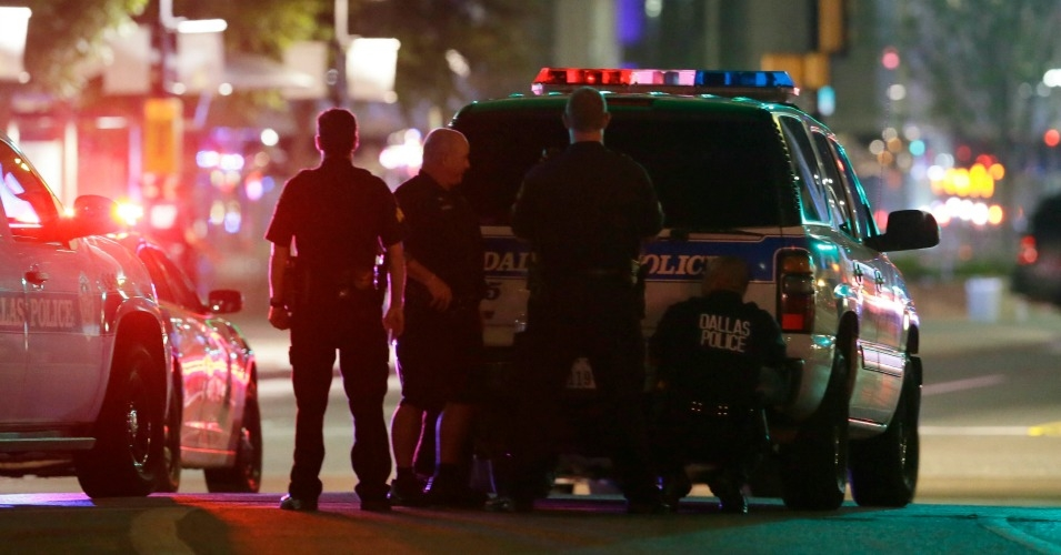 Dallas police officers respond to the ambush attack on July 7, 2016. (Photo: AP)