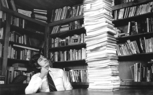 Tom Hayden with his 22,000-page F.B.I. file, circa 1979. (Photo: The Los Angeles Times)