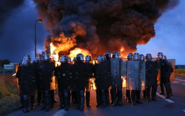 Riot police moved in on workers blockading an oil depot in Douchy-les-Mines, northern France. (Photo: Thibault Vandermersch/EPA)