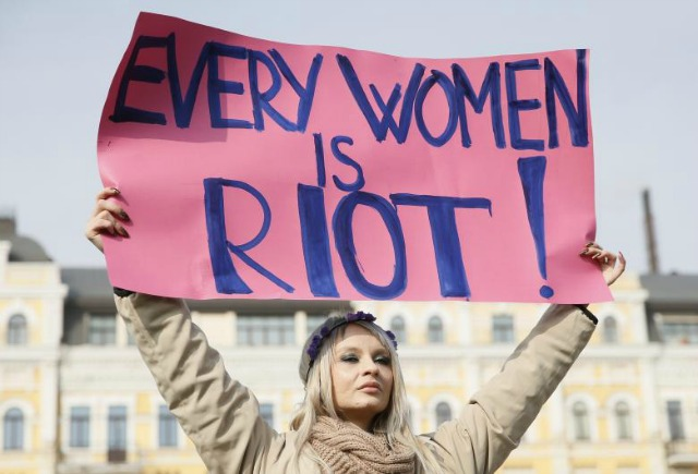 A women holds up a sign at a rally in Kiev, Ukraine. (Photo: Reuters)