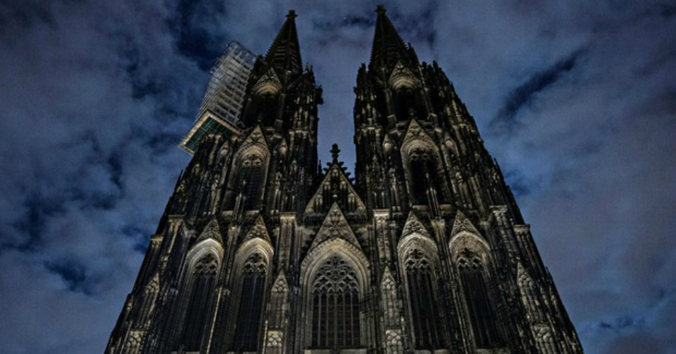 The Cologne Cathedral went dark to support anti-Pegida protesters. (Photo: Maja Hitij/EPA)
