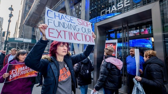 Protesters picket outside a Chase Bank branch in November 2019. An Extinction Rebellion campaigner released a leaked document from the bank Thursday in which JP Morgan Chase economists warned the company's investment in fossil fuels is contributing to the climate crisis. (Photo: Erik McGregor/LightRocket via Getty Images)