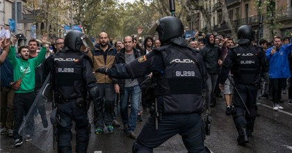Spanish national police officers clashed with supporters of Catalan independence during referendum on October 1, 2017 in Barcelona, Spain. (Photo: Dan Kitwood/Getty Images)