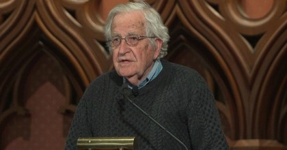 """""""The Assange arrest is scandalous in several respects,"""" Noam Chomsky told Democracy Now! this week. (Photo: Democracy Now!)"""