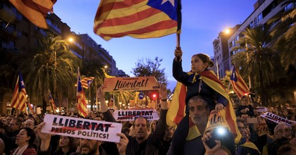 Independence movement groups and political parties organized a march in Barcelona on November 11 to protest the prison detentions of ousted government officials and grassroots leaders. (Photo: Gonzalo Arroyo Moreno/Getty Images)