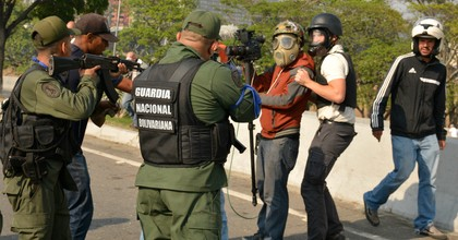 Pro-Guaidó soldiers point their weapons towards a cameraman in the outskirts of the air force base La Carlota on April 30, 2019 in Caracas, Venezuela. (Photo: Rafael Briceno/Getty Images)