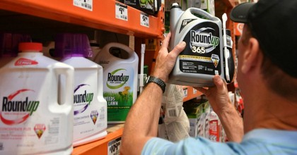 """""""It's a little bit sad,"""" said Brett Hartl, government affairs director for the Center for Biological Diversity, """"the EPA is the biggest cheerleader and defender of glyphosate."""" (Photo: AFP/Getty Images)"""