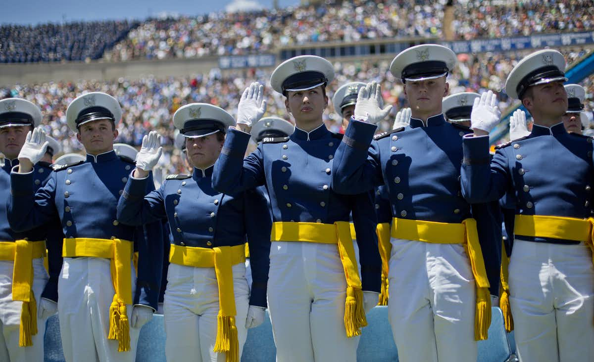 New graduates of the U.S. Air Force Academy take their oaths at graduation ceremonies in 2016. (Photo:AP/Pablo Martinez Monsivais)