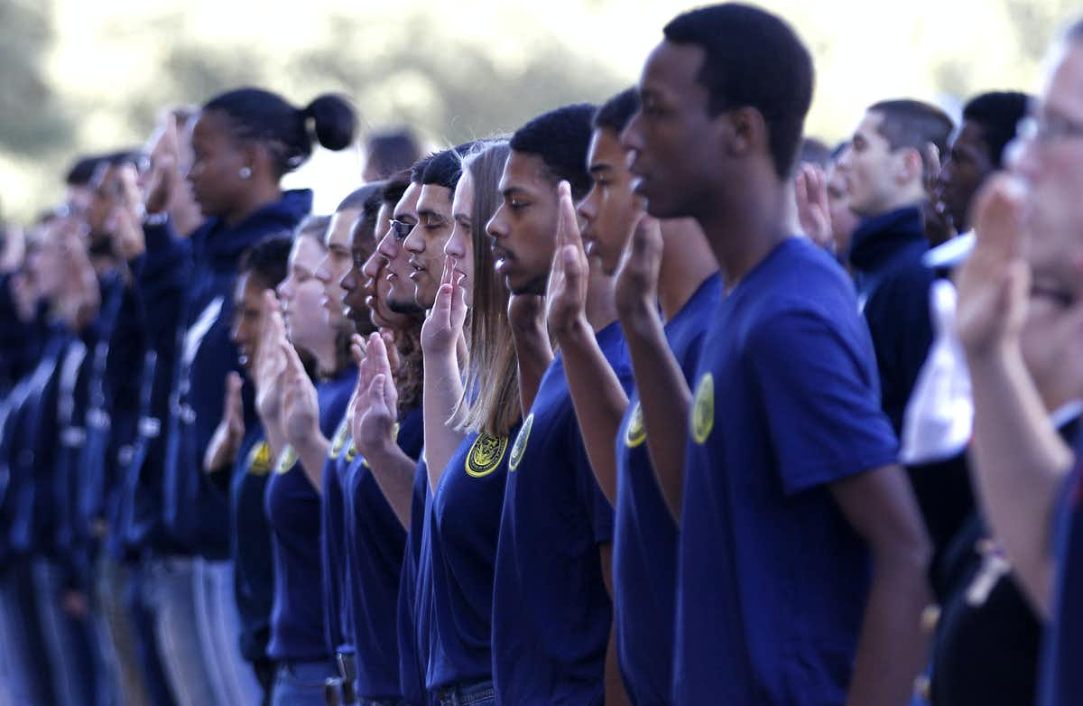 Enlistees to all branches of the U.S. military take their oaths at a Veteran's Day celebration in Dallas in 2012. (Photo:AP/LM Otero)
